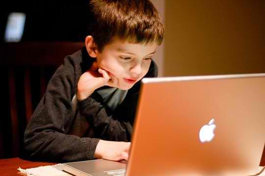 Child-surfing-Internet